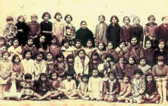 Manuela Blasco con sus alumnos. Libro de las comarcas.