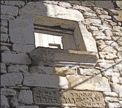 Tom Yob. Lápida y ventana