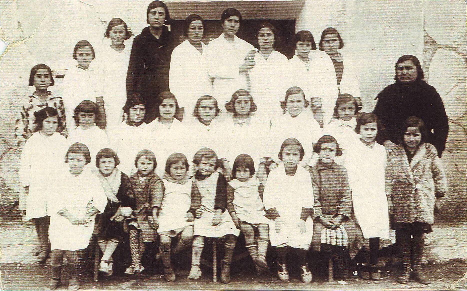 Laurentina con sus alumnas. De Sandra Abad Orós